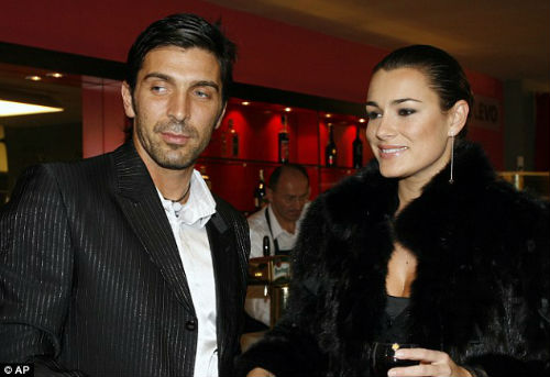 Buffon bỏ vợ, Italia lo lắng - 1