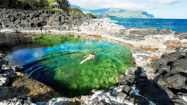 2. Hồ thủy triều Queen s Bath thuộc hòn đảo Kauai, Hawaii.