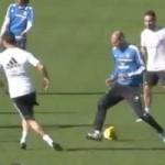 """Bóng đá - Alonso khiến Zidane """"bẽ mặt"""" trên sân tập"""