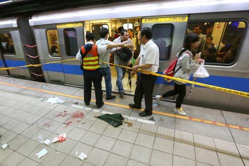 Đài Loan: Đâm dao điên loạn trên tàu điện ngầm - 1