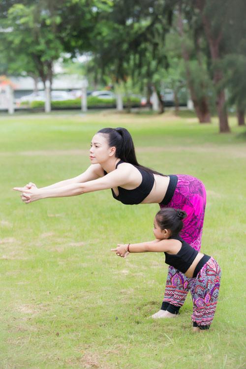 Trà Ngọc Hằng gợi cảm tập Yoga - 1