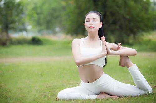 Trà Ngọc Hằng gợi cảm tập Yoga - 8