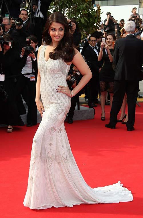 """Hoa hậu, siêu mẫu """"đánh cắp"""" thảm đỏ Cannes ngày 8 - 9"""
