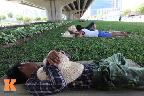 Dân Thủ đô say trong nắng nóng 40 độ C - 13