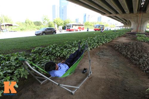 Dân Thủ đô say trong nắng nóng 40 độ C - 14