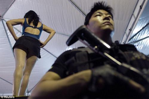 Hoa hậu tù nhân đua nhau khoe vẻ quyến rũ - 1
