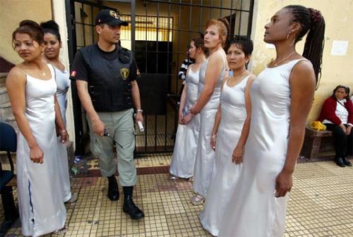 Hoa hậu tù nhân đua nhau khoe vẻ quyến rũ - 9