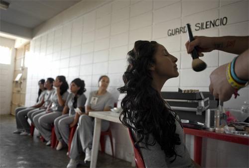 Hoa hậu tù nhân đua nhau khoe vẻ quyến rũ - 17