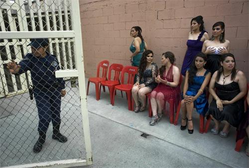 Hoa hậu tù nhân đua nhau khoe vẻ quyến rũ - 19