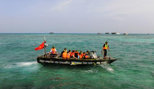 Tặng xuồng chạy xuyên qua sóng cho chiến sĩ Trường Sa - 2