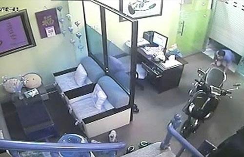 Camera ghi hình tên trộm đột nhập nhà tiến sĩ tâm lý - 1