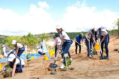 Thí sinh hoa hậu đội nắng đi trồng cây - 4