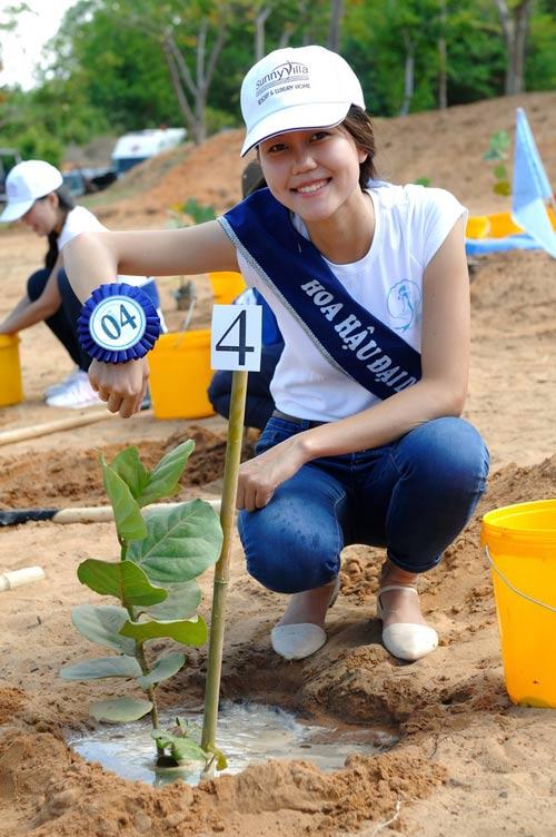 Thí sinh hoa hậu đội nắng đi trồng cây - 8
