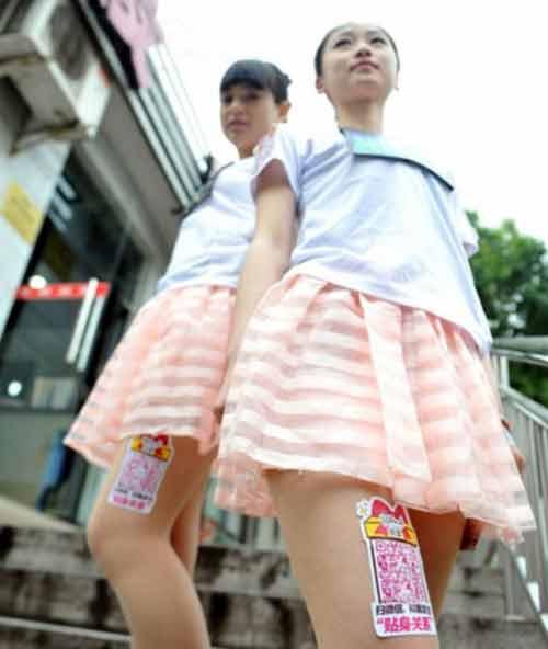 Nữ sinh đua nhau cho thuê đùi để quảng cáo - 1