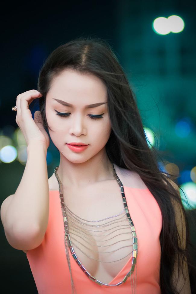 Top 5 Hoa hậu Việt Nam - Ngọc Anh với chiếc váy thiết kế cổ thoáng đãng đến đốt mắt trong một sự kiện gần đây