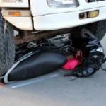 Tin tức trong ngày - Ngã xuống đường, cô gái lăn lên vỉa hè tránh xe tải