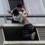 Tin tức trong ngày - Ảnh ấn tượng: Cảnh sát túm người đàn ông nhảy lầu tự tử