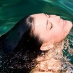 Làm đẹp - Dưỡng tóc trước và sau khi bơi