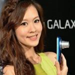 """Thời trang Hi-tech - Mỹ nữ """"tự sướng"""" bên smartphone siêu zoom Galaxy K Zoom"""