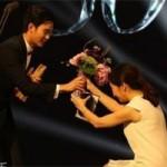 """Mỹ nhân TQ quỳ gối tặng hoa  """" trai đẹp ngoài hành tinh """""""