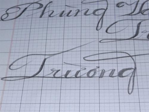 Thầy giáo tật nguyền viết chữ bằng miệng