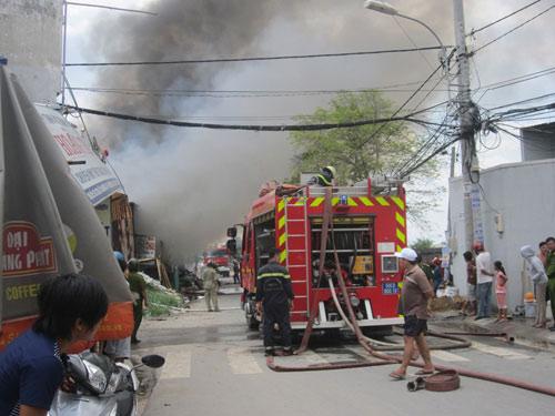 TP.HCM: Cháy lớn tại cơ sở thu mua phế liệu - 1