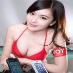 Thời trang Hi-tech - Siêu mẫu khoe vòng 1 gợi cảm bên vỏ iPhone