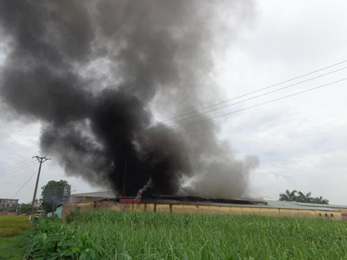 Cháy lớn ở Bắc Giang, hơn 1.000 công nhân tháo chạy - 1