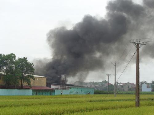 Cháy lớn ở Bắc Giang, hơn 1.000 công nhân tháo chạy - 2