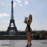 Thể thao - Sharapova diện váy gợi cảm khoe cúp trước tháp Eiffel