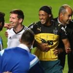 """Bóng đá - Ronaldinho """"nhái"""" quỳ trước Messi"""
