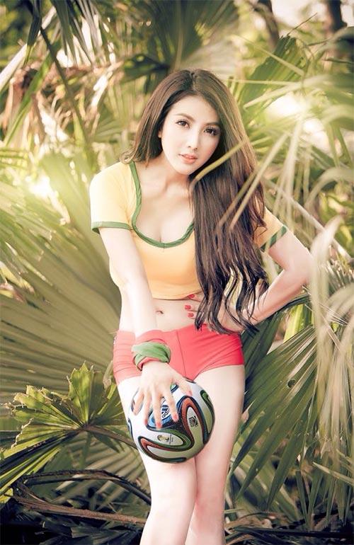 Linh Napie gợi cảm trong màu áo Brazil - 1