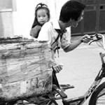 Bạn trẻ - Cuộc sống - Tật nguyền vẫn địu con đi nhặt rác mưu sinh