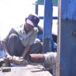 Tin tức trong ngày - Chùm ảnh: Ngư dân hối hả sửa tàu vươn khơi bám biển