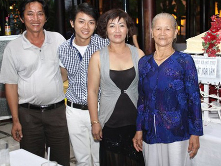 Mẹ Hoài Lâm liên tục khóc khi nói về con trai - 2
