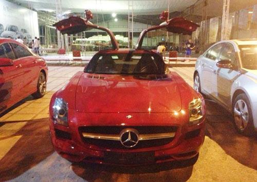 Siêu xe cánh chim Mercedes màu đỏ đến Hà Nội - 1
