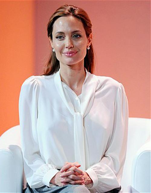 Angelina Jolie được Hoàng gia Anh phong tước hiệp sỹ - 2