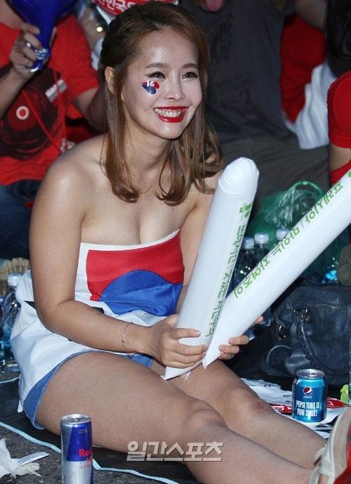 Thiếu nữ Hàn khoe vòng 1 nõn nà mừng World Cup - 13