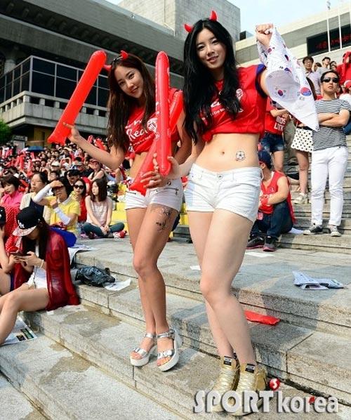 Thiếu nữ Hàn khoe vòng 1 nõn nà mừng World Cup - 11