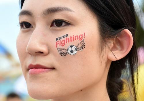 Thiếu nữ Hàn khoe vòng 1 nõn nà mừng World Cup - 10