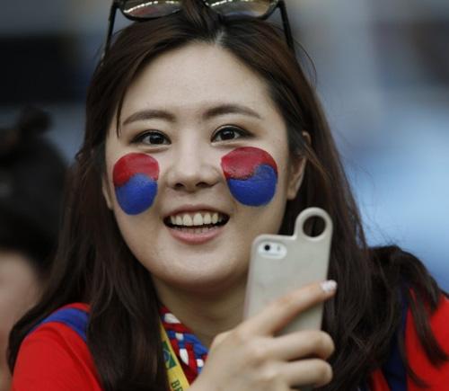 Thiếu nữ Hàn khoe vòng 1 nõn nà mừng World Cup - 3