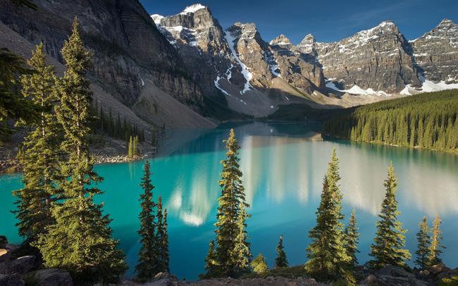 Peaks Ten không chỉ nổi tiếng với 10 đỉnh núi san sát, hùng vĩ mà còn bởi vẻ đẹp mê hồn của hồ nước Moraine màu lam ngọc.  & nbsp;