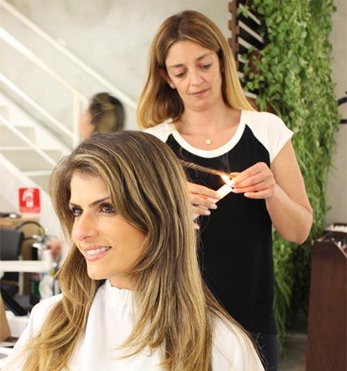 Phụ nữ Brazil dùng lửa để chăm sóc tóc - 1
