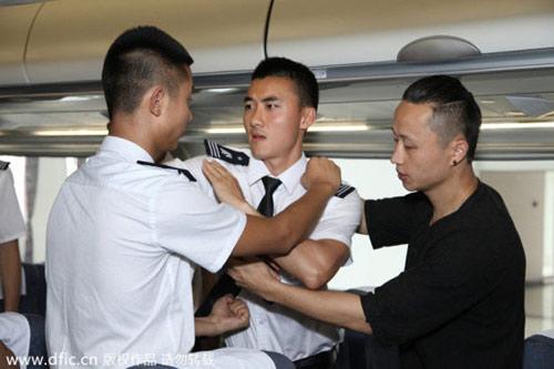 TQ: Nữ tiếp viên hàng không học võ chống khách quậy - 6
