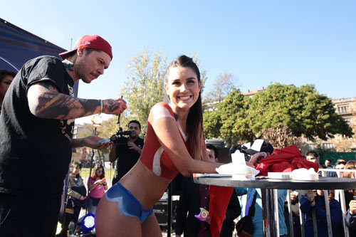Fan ngực trần cổ vũ Chile hạ gục ''bò tót'' - 2