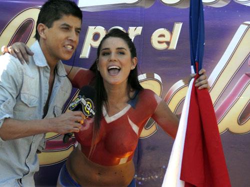 Fan ngực trần cổ vũ Chile hạ gục ''bò tót'' - 5