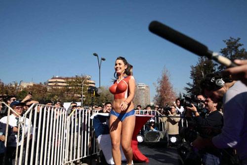 Fan ngực trần cổ vũ Chile hạ gục ''bò tót'' - 3