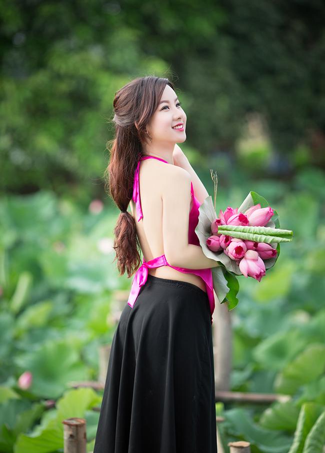 Thu Hà khoe tấm lưng ong nõn nà trong tà yếm thắm