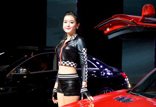 Siêu mẫu Huyền My đọ dáng cùng siêu xe cánh chim - 2