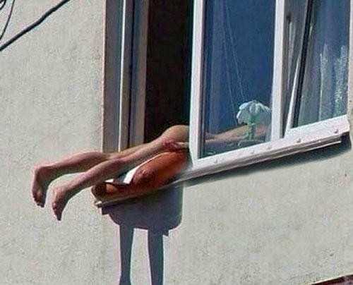 Tắc đường vì thiếu nữ khỏa thân tắm nắng - 1